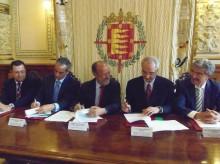 Aumentar El alcalde y los representantes de las empresas sucriben el acuerdo