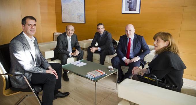 Cantabria estudia con varios colectivos inmobiliarios la creación de un registro profesional