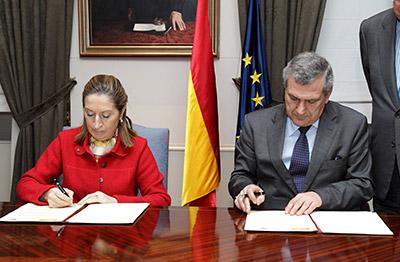 La ministra de Fomento, Ana Pastor, y el presidente del Colegio de Ingenieros de Canales, Caminos y Puertos, Juan Antonio Santamera
